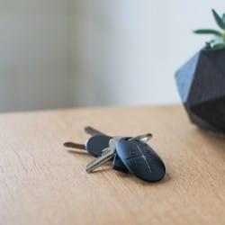 telecommande ajax posée sur un bureau