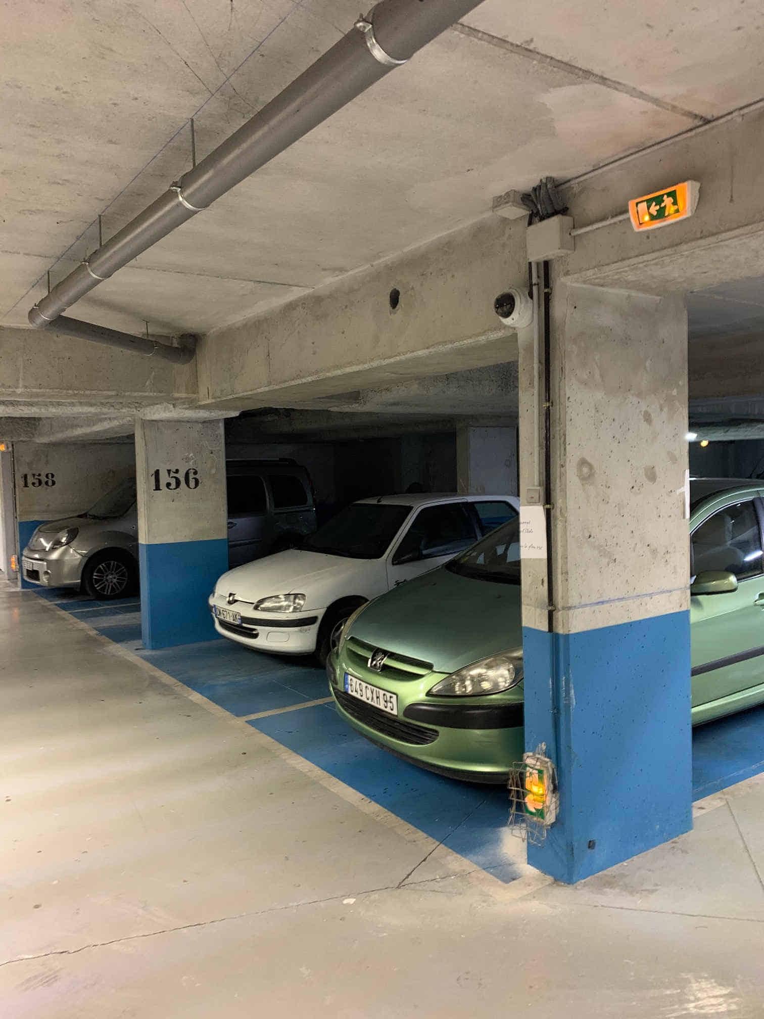 voiture garée dans un parking