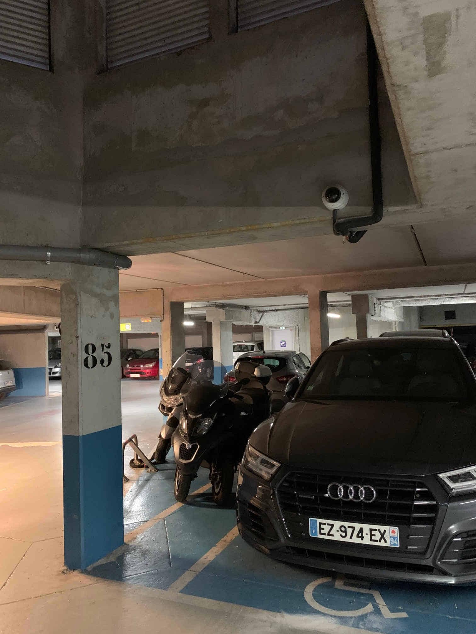 voiture dans un parking2